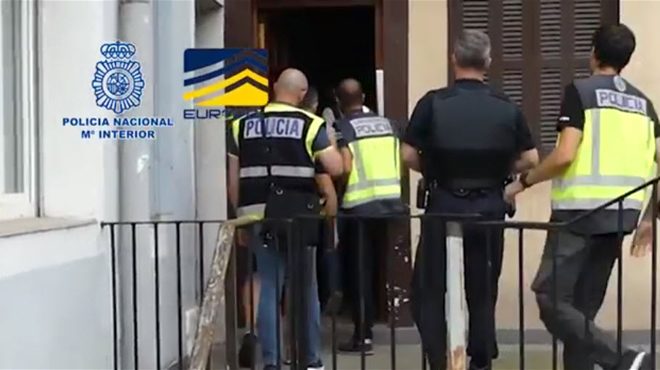 Deux hommes au comportement suspect repérés à un arrêt de bus en Espagne permettent de démanteler un énorme réseau d'ESCLAVAGE européen
