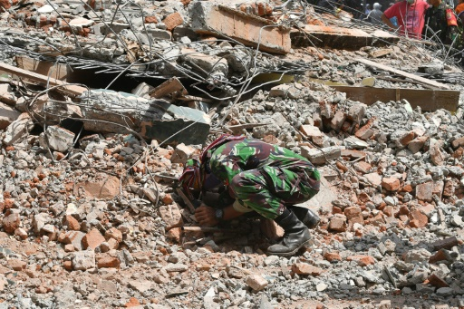 Indonésie: le bilan du séisme de dimanche monte à 319 morts selon le gouvernement