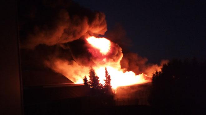Un bâtiment industriel qui contient des produits chimiques prend feu à Noville: le plan rouge activé par les pompiers