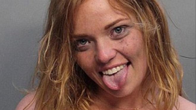 Arrêtée en état d'ébriété, cette jeune femme multiplie les poses suggestives lors de la réalisation de son