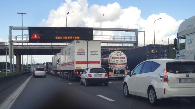 Gros embarras sur l'autoroute vers la côte en raison d'accidents