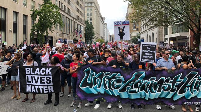 Le FLOP du rassemblement de néo-nazis à Washington: une poignée de suprémacistes blancs face à des centaines de contre-manifestants (photos)