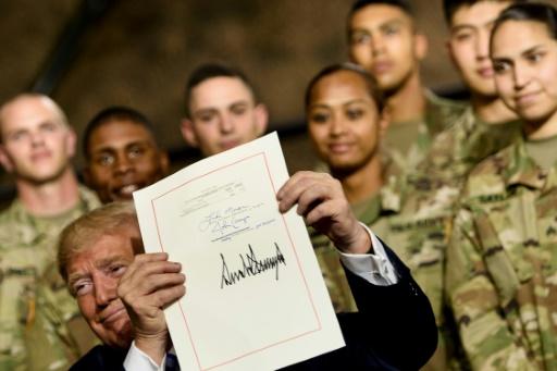 Trump signe le budget 2019 du Pentagone et défend sa Force de l'espace