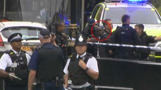 Attaque à Londres- des officiers lourdement armés neutralisent le conducteur du véhicule bélier (vidéo) 2