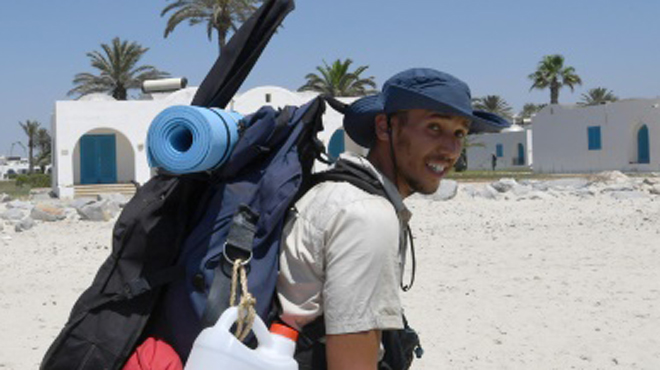Ce jeune ingénieur parcourt 300 km à pied pour nettoyer les plages tunisiennes sous la canicule: