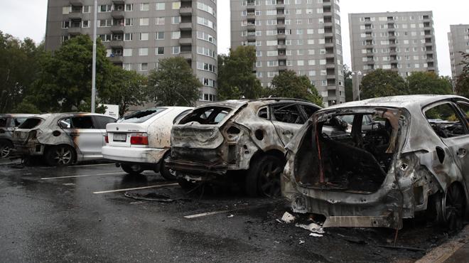 Près de 80 voitures incendiées dans la même ville en Suède: