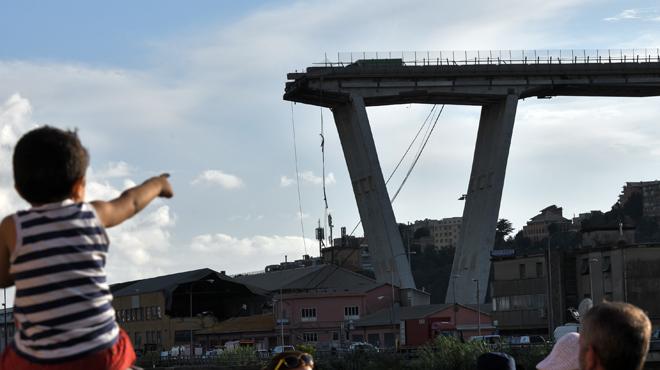 Choc et colère en Italie après l'effondrement d'un viaduc à Gênes: