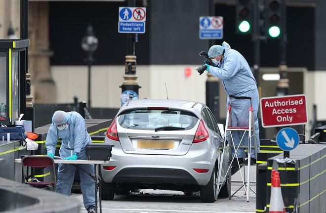 Une voiture fonce sur le Parlement britannique: des perquisitions ont été menées