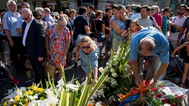 Un an après, Barcelone rend hommage aux victimes des attentats de Catalogne: