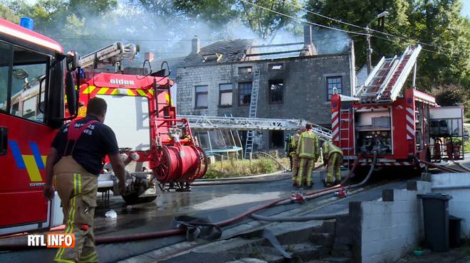 Plusieurs habitations ravagées par les flammes à Viroinval: un pompier blessé