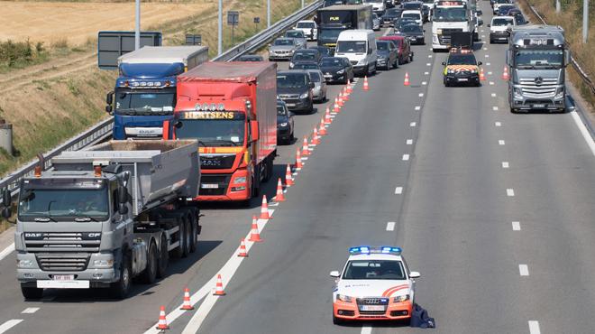 Un camion se renverse sur le flanc sur la E19: le conducteur est décédé, l'autoroute rouverte