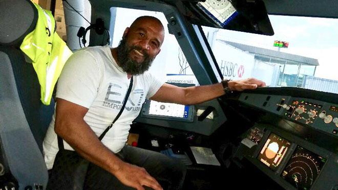 Frayeur sur un vol Munich-Paris: Tarik, un ancien boxeur, maitrise un individu qui veut s'introduire dans le cockpit