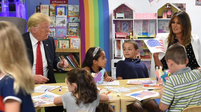 Donald Trump s'emmêle les pinceaux pour colorier le drapeau américain — Etats-Unis