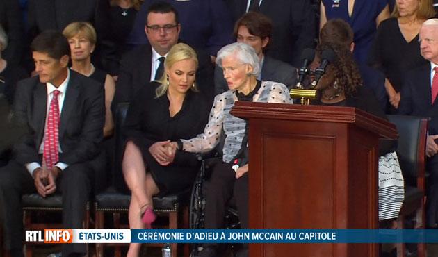Lors de la cérémonie d'hommage à John McCain, sa fille Meghan et sa maman, unies dans leur chagrin, se tiennent la main