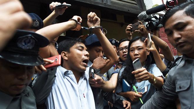 Décision choc en Birmanie: des journalistes qui enquêtaient sur un massacre de Rohingyas condamnés à la prison