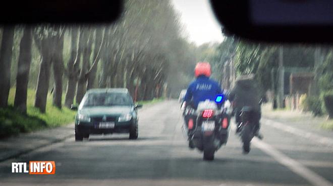 Course-poursuite À BORD d'un véhicule de police: le motard tente le tout pour le tout pour lui échapper
