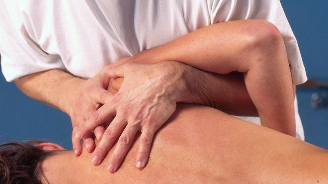 Un kiné profite des douleurs aux cervicales de sa cliente pour lui masser les seins et la violer: 3 ans de prison avec sursis
