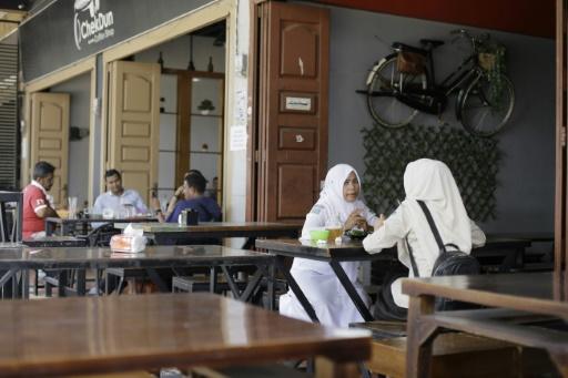 Indonésie: un district interdit aux hommes et aux femmes de partager un repas
