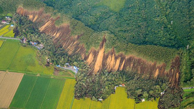 Le Japon touché par un puissant séisme après le passage d'un typhon dévastateur : il y a d'énormes glissements de terrain