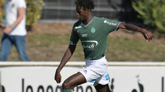 Un jeune footballeur de 19 ans tué par balles dans une fusillade en France: le club de Saint-Etienne est en deuil