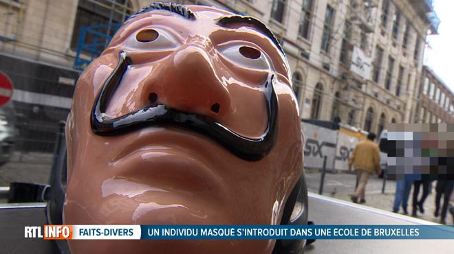 Un homme avec un masque de la série