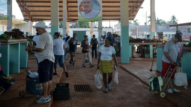 Un supermarché sanctionné pour avoir vendu 15.000 pommes à UN SEUL client à Cuba