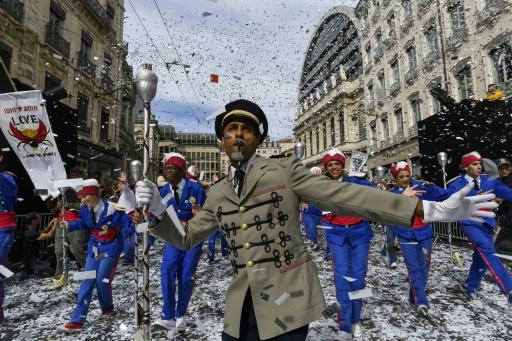 Au grand défilé de la biennale à Lyon, la paix en dansant