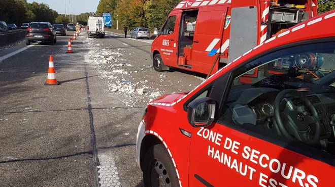 Collision en chaîne sur le R3 à Trazegnies: plusieurs blessés, une camionette a perdu son chargement