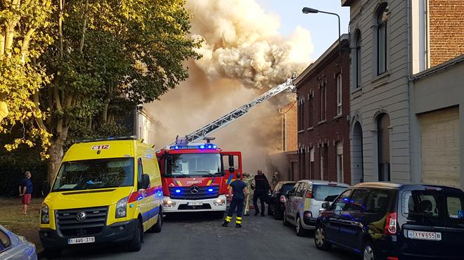 Un violent incendie ravage une habitation avant de s'étendre à la maison voisine à Monceau-sur-Sambre (photos)