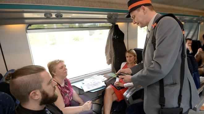 Action pour la sécurité des accompagnateurs de train: les navetteurs invités à coller des post-it sur les vitres des trains