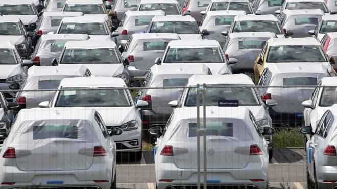 Explosion des ventes de voitures cet été: des fabricants soupçonnés d'avoir fait de gros rabais pour écouler leur stock avant la nouvelle norme d'environnement