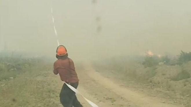 Des pompiers luttent contre une
