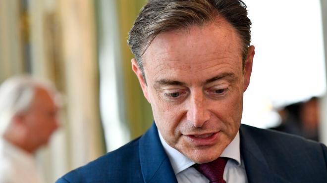 De Wever propose de saisir les smartphones des sans-papiers: