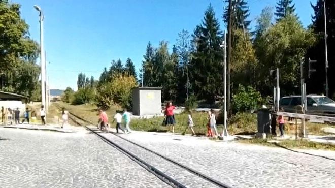 Vidéo choc en Bulgarie: une enseignante fait traverser des enfants sur les rails alors qu'un train arrive!