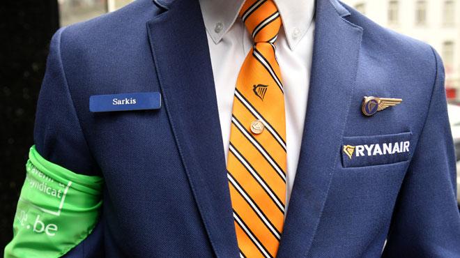 Accusation d'un steward de Ryanair licencié: la compagnie se défend et décrit un homme souvent absent, aux performances médiocres