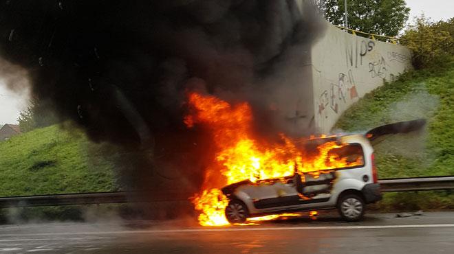 Véhicule en feu sur l'E40 à hauteur d'Affligem: la circulation est perturbée