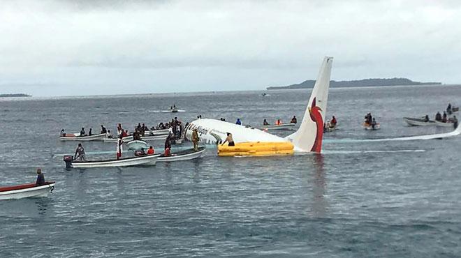 Un avion rate son atterrissage et plonge dans le Pacifique: la scène impressionnante filmée par des témoins