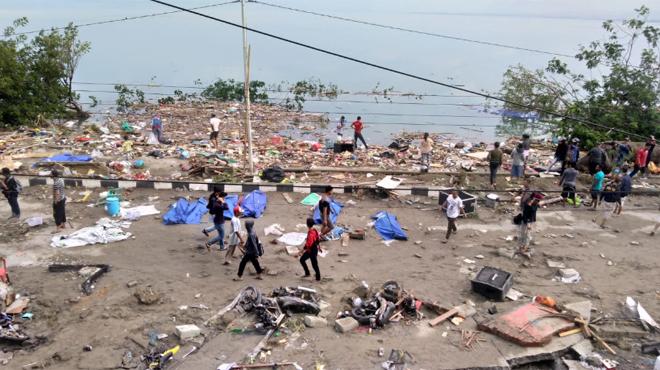 Un tsunami frappe une île au centre de l'Indonésie après un violent séisme: le bilan monte à 384 morts