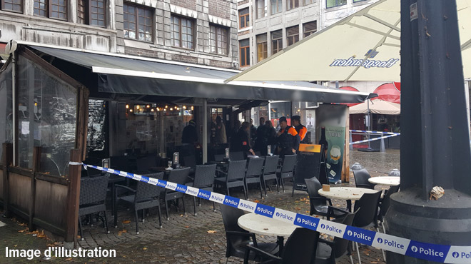 Liège: éjecté d'un café, un homme de 54 ans se met à crier dans la rue et abaisse son pantalon