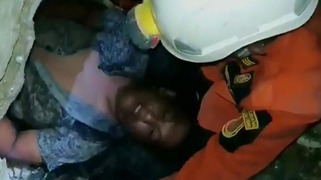 Sauvetage miraculeux en Indonésie: un homme sorti vivant des décombres trois jours après le séisme dévastateur