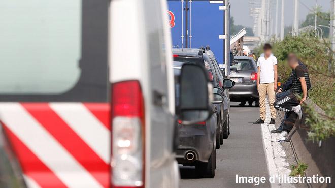 Liège: un forain à qui deux ouvriers coupent la route se défoule sur leur camionnette