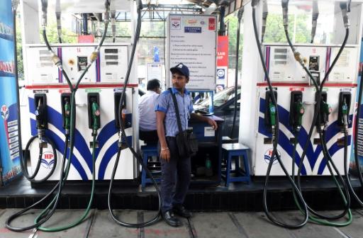 Inde: sous pression, le gouvernement baisse le prix des carburants