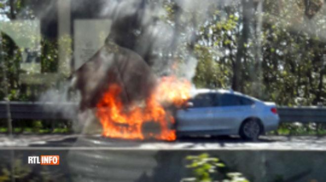 Une voiture s'embrase sur l'autoroute E42 à Rhisnes (photos)