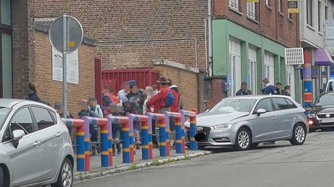 Le drame évité de justesse à Courcelles: une voiture fonce sur une barrière juste après le passage d'un groupe d'enfants