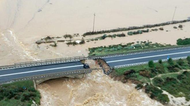 Effondrement partiel d'un pont à cause de la pluie — Italie