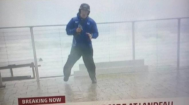 En direct lors de l'ouragan Michael, ce journaliste évite de justesse une POUTRE (vidéo)