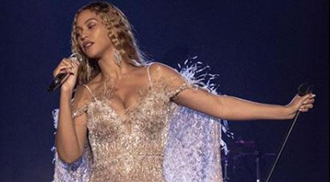 Beyoncé sur scène dans une robe ÉPOUSTOUFLANTE! PHOTO