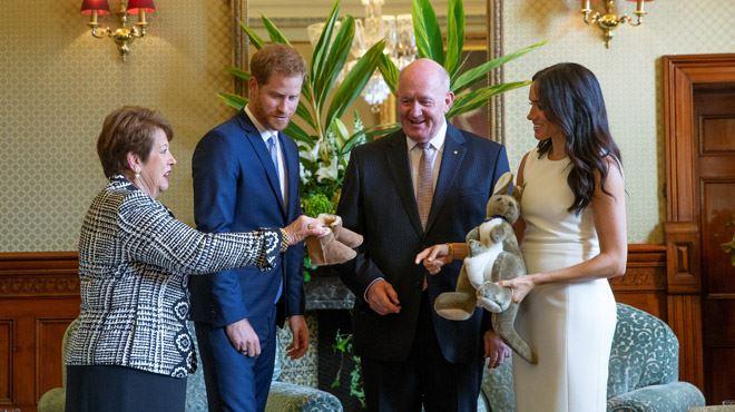 Bottes fourrées miniatures et peluches- Harry et Meghan reçoivent déjà des cadeaux pour leur futur bébé lors de leur voyage officiel en Australie (vidéo) 1