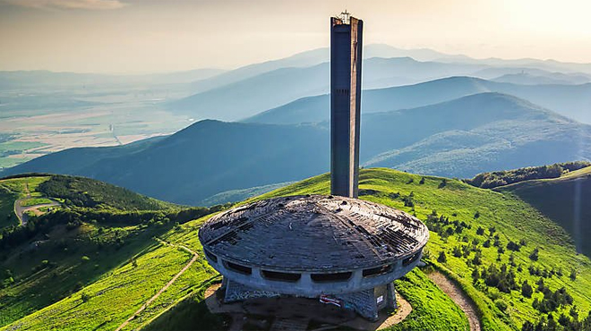 Une soucoupe volante à plus de 1.400m: des experts veulent sauver le Bouzloudja, un ovni architectural en Bulgarie
