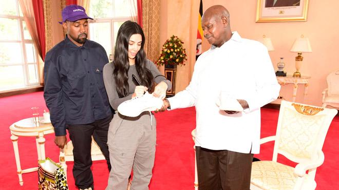En Ouganda, Kanye West et Kim Kardashian rencontrent le président et lui offrent... des tennis blanches
